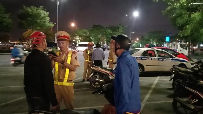 Lực lượng CSGT (Công an TP Đà Nẵng) kiểm tra nồng độ cồn người tham gia giao thông vào tối 2/1. ảnh : Đ.T